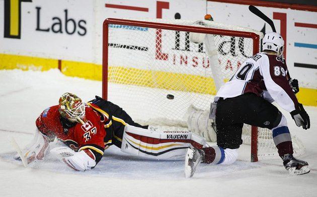 Dánský útočník Mikkel Boedker (89) z Colorada proměňuje vítězný nájezd v duelu NHL proti Calgary.