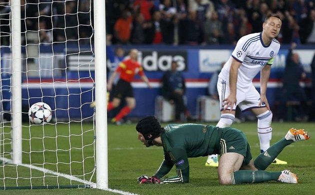 Petr Čech dostává gól od argentinského útočníka ve službách PSG Ezequiela Lavezziho (není na snímku).