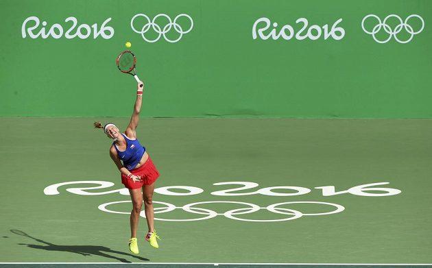 Tenistka Petra Kvitová servíruje proti Portoričance Monice Puigové.