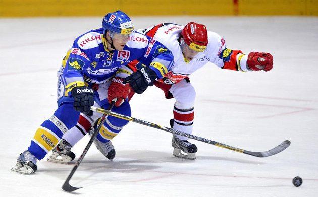 Filip Čech ze Zlína (vlevo) a Jakub Marek z Hradce Králové v šestém čtvrtfinále.