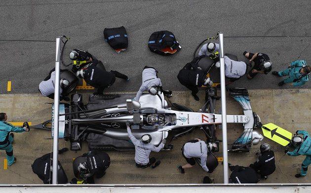 Mechanici týmu Mercedes mění obutí na voze Valtteriho Bottase. Finský jezdec v Barceloně během dopoledne otestoval tři směsi.
