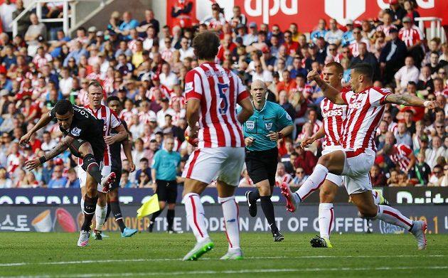 Philippe Coutinho napřáhl a vstřelil vítězný gól Liverpoolu na hřišti Stoke.