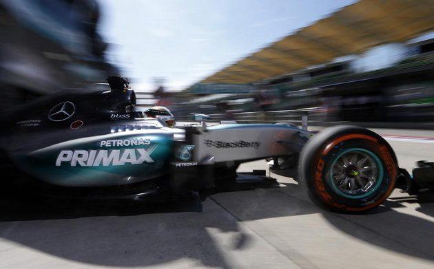 Lewis Hamilton vyjíždí z boxu stáje Mercedes na okruh v Sepangu při měřeném tréninku na Velkou cenu Malajsie.