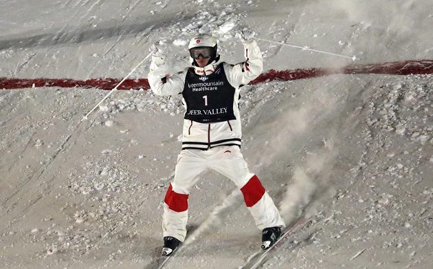 Mikael Kingsbury z Kanady při závodě MS akrobatických lyžařů v Park City v závodě mogulů.