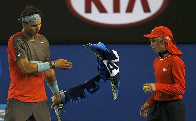 Rafael Nadal zahazuje ručník při finále Australian Open.