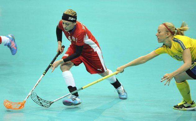 Anet Jarolímová (vlevo) se v semifinále MS snaží uniknout Švédce Emelii Lindströmové.