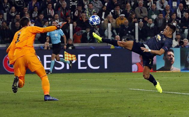 Střelec Manchesteru United Alexis Sanchez (vpravo) a gólman Juventusu Wojciech Szczesny v utkání Ligy mistrů.