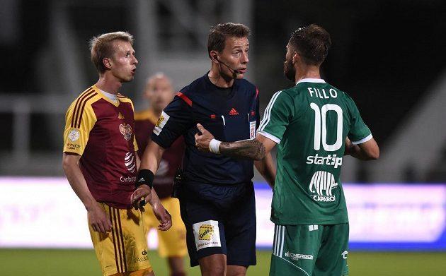 Záložník Dukly Praha Tomáš Berger (vlevo), rozhodčí Karel Hrubeš a Martin Fillo z Příbrami.