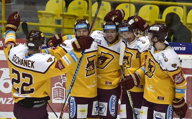 Hokejisté Jihlavy se radují z gólu v utkání baráže.