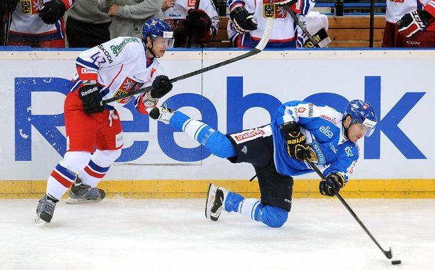 Český útočník Jan Buchtele (vlevo) během utkání Channel One Cupu proti týmu Finska.