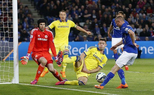 Paul Konchesky (vpravo) z Leicesteru se snaží překonat Petra Čecha v bráně Chelsea, českému gólmanovi se snaži pomoci Gary Cahill.