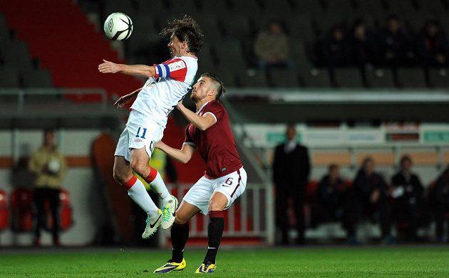 Slávista Karol Kisel (vlevo) hlavičkuje míč před Lukášem Váchou ze Sparty.