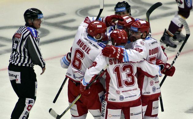 Hokejisté Třince se radují z prvního gólu na ledě Jihlavy.