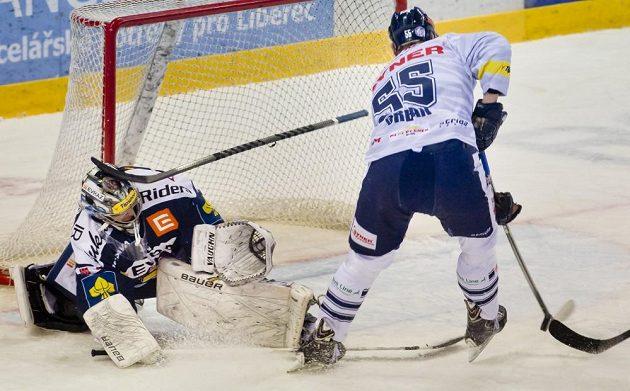 Libereckým se střelecky v sérii nedařilo. Tomáš Urban takto nepřekonal brankáře Vítkovic Filipa Šindeláře.