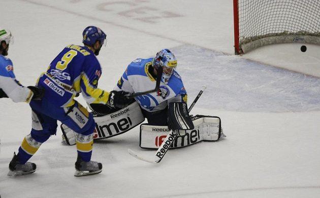 Zlínský hokejový útočník Bedřich Köhler (s číslem 9) střílí gól plzeňskému brankáři Marku Mazancovi v pátém finálovém utkání play off extraligy.