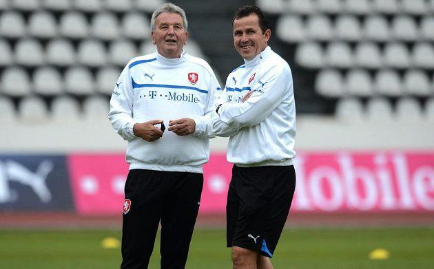 Trenéři Josef Pešice (vlevo) a Tomáš Galásek během tréninku české reprezentace před dvojutkáním kvalifikace MS 2014 s Maltou a Bulharskem.