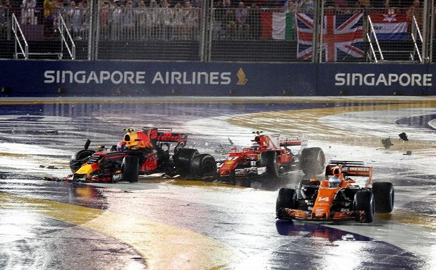 Už v prvním kole Velké ceny Singapuru havarovali Kimi Räikkönen, Max Verstappen a Sebastian Vettel.