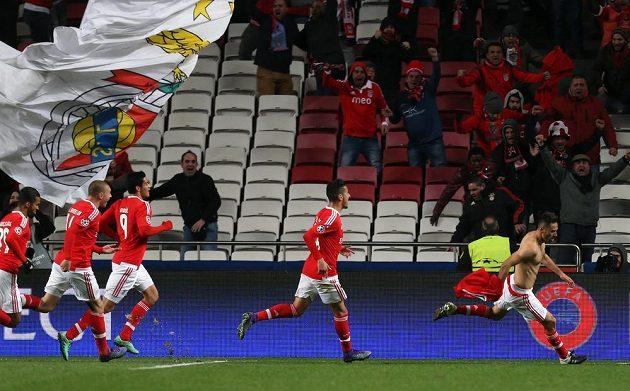 Jonas z Benfiky se raduje se spoluhráči z gólu proti Petrohradu.