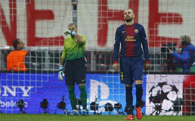 Zklamaní Gerard Pique a gólman Victor Valdes z Barcelony po druhém inkasovaném gólu od Bayernu.