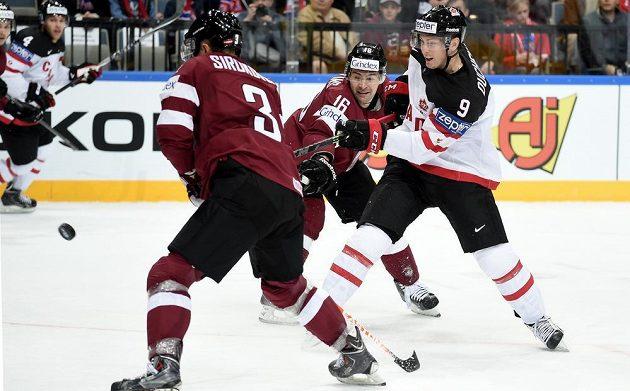 Kanadský útočník Matt Duchene střílí gól proti Lotyšsku v utkání MS v Praze.