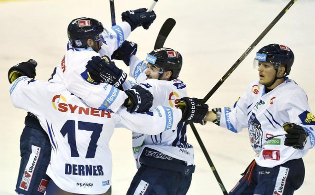 Liberečtí hokejisté slaví vyrovnávací gól Michala Řepíka na 1:1.