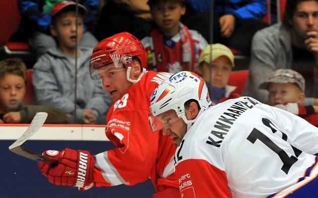 Třinecký útočník Martin Adamský (vlevo) a Markus Kankaanperä z Tampere.