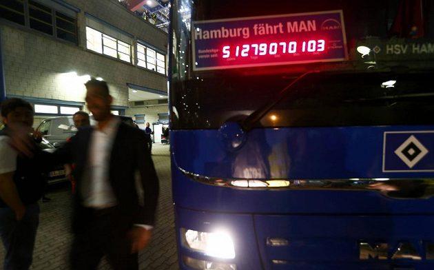 I autobus fotbalistů Hamburku má hodiny odměřující příslušnost HSV k bundesligové elitě.
