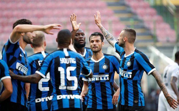 Fotbalisté Interu Milán se radují z gólu proti Boloni během 30. kola italské Serie A.