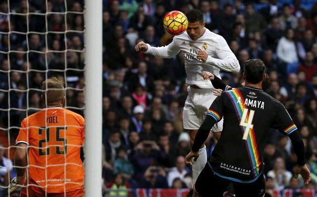 Cristiano Ronaldo z Realu Madrid hlavičkuje v zápase proti Vallecanu.