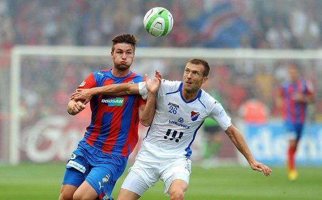 Plzeňský útočník Tomáš Wágner (vlevo) a obránce Baníku Ostrava Benjamin Vomáčka.