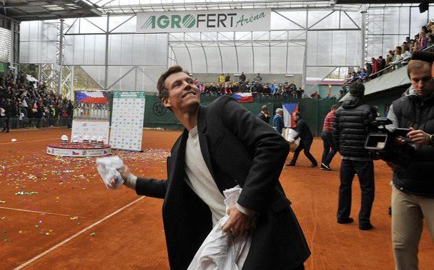 Tomáš Berdych háže divákům památná trička.