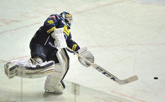 Kladenský brankář Jan Chábera rozehrává puk v utkání s Třincem.