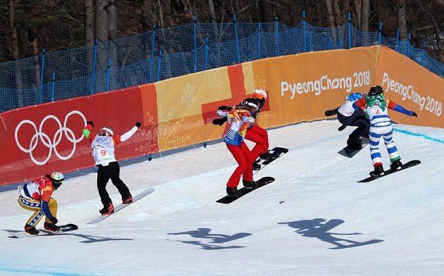 Olympijsé finále snowboardkrosařek krátce po startu. Česká obhájkyně zlata Eva Samková zcela vlevo.