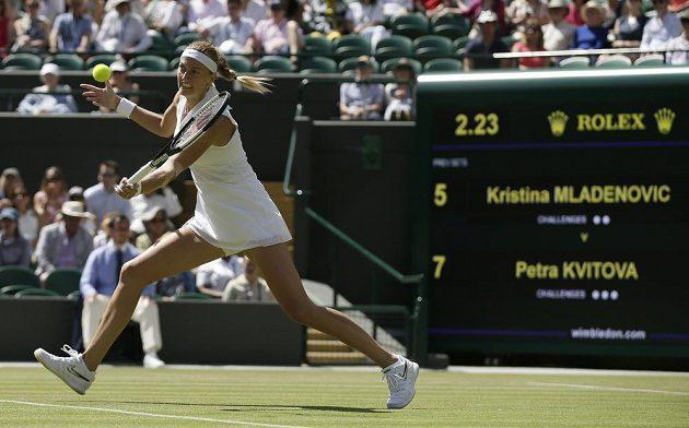 Česká tenistka Petra Kvitová returnuje v duelu s Kristinou Mladenovicovou z Francie ve 2. kole Wimbledonu.