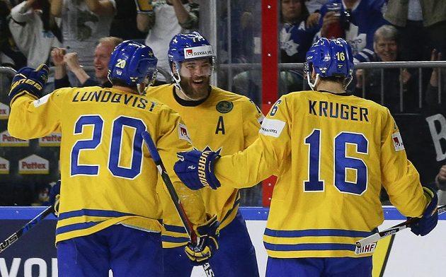 Victor Hedman (autor branky), Joel Lundqvist a Marcus Kruger oslavují gól Švédska ve finále s Kanadou.