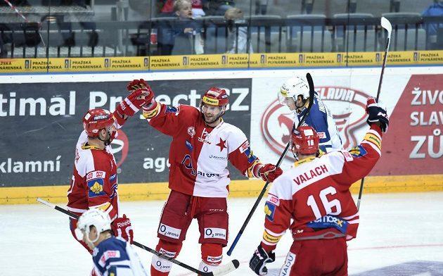 Útočník Slavie Praha János Vas (uprostřed) oslavuje se spoluhráči vedoucí gól proti Plzni.