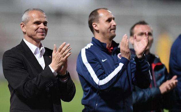 Trenér Sparty Vítězslav Lavička s asistentem Zdeňkem Svobodou po vítězném utkání na Dukle.