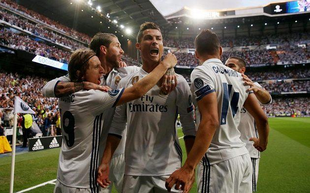Oslava Realu Madrid. Cristiano Ronaldo slaví se spoluhráči svůj gól v semifinále Ligy mistrů s Atlétikem.