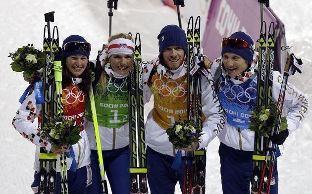 Čeští biatlonisté vybojovali v závodu smíšených štafet na olympiádě v Soči stříbro. Zleva na květinovém ceremoniálu Veronika Vítková, Gabriela Soukalová, Jaroslav Soukup a Ondřej Moravec.