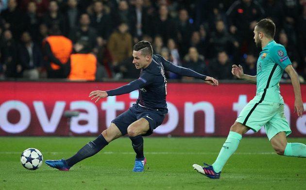 Julian Draxler z Paris SG dává gól proti Barceloně.