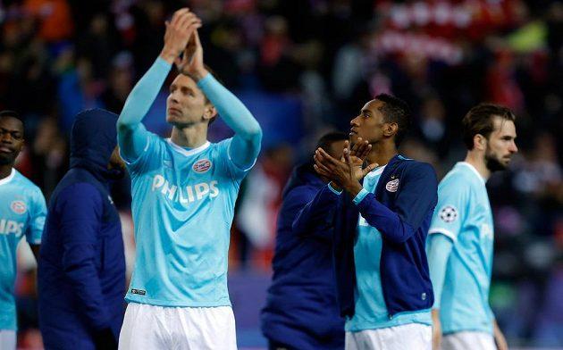 Zklamaní fotbalisté PSV Luuk de Jong (vlevo) a Joshua Brenet po skončení odvetného osmifinálového zápasu Ligy mistrů s domácím Atlétikem.