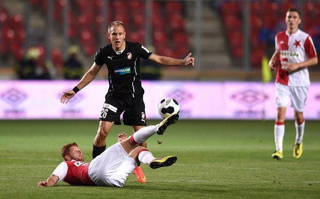 Slávistický záložník Marcel Gecov (na zemi) odkopává míč před plzeňským středopolařem Danielem Kolářem v utkání 5. kola Synot ligy.