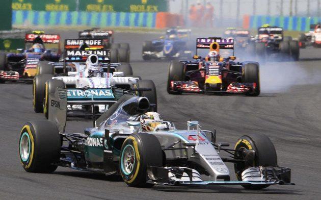 Po nevydařeném startu a chybě v prvním kole nasadil Lewis Hamilton při Velké ceně Maďarska v famózní stíhací jízdě.