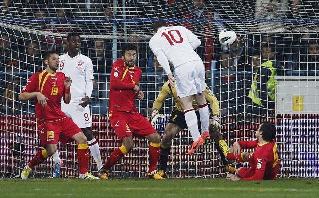 Anglický fotbalista Wayne Rooney střílí gól proti Černé Hoře.