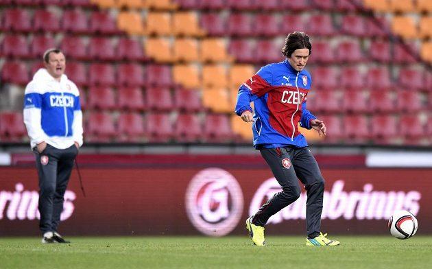 Záložník Tomáš Rosický pod dohledem Pavla Vrby během tréninku reprezentace.