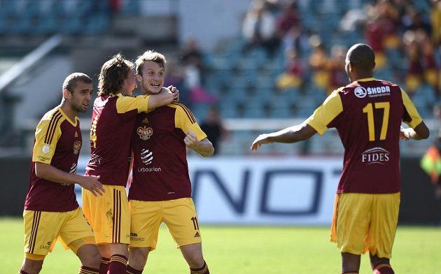 Fotbalisté Dukly se radují ze vstřelení gólu proti Jihlavě. Třetí zleva je autor branky Michael Krmenčík.