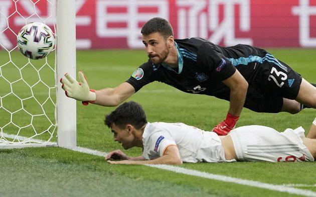 Španělský gólma Unai Simon si v tuto chvíli mohl oddechnout. Míč ve čtvrtfinále EURO skončil těsně vedle tyče.