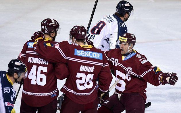 Hokejisté Sparty (zleva): Petr Kumstát, Juraj Mikuš a Tomáš Rolinek oslavují gól proti Vítkovicím.