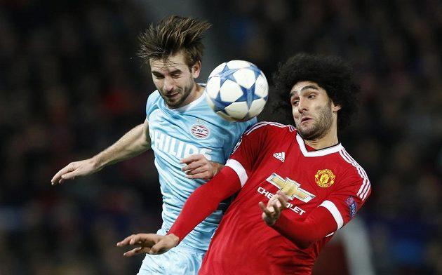 Marouane Fellaini (vpravo) z Manchesteru United v souboji s Davym Propperem z PSV Eindhoven.
