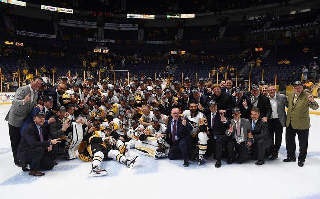 Obhájci Stanley Cupu - hokejisté Pittsburghu Penguins oslavují na ledě Nashvillu.